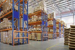 lager med flerlags stativer i en fabrikk